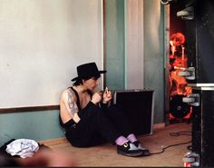johnny thunders backstage in Södertalje Sweden 1983