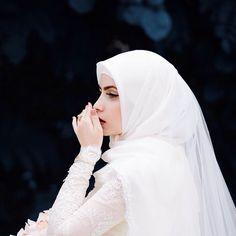 شاید اب کبھی اپنے بھی کام آ نہ سکوں اور اب تجھے بھی مری، کونسا ضرورت ہے ❤️ Hunny ❤️ Hijabi Wedding, Wedding Hijab Styles, Muslimah Wedding Dress, Muslim Brides, Pakistani Wedding Dresses, Muslim Couples, Dress Muslimah, Bridal Hijab, Hijab Bride