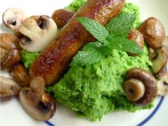 Een puree van doperwten is lekker als vervanging voor aardappels of pasta. En binnen 10 minuten klaar! | http://degezondekok.nl