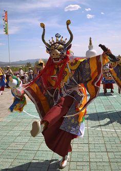 モンゴル、チベット仏教の僧侶が舞手となる仮面舞踏チャム。モンゴルでは民主化以降に再興された。By Аркадий Зарубин (Own work) [CC-BY-SA-3.0], via Wikimedia Commons