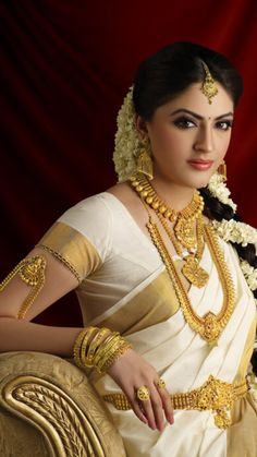 The White and Golden Glow South Indian Bridal Makeup Look chicks South Indian Bridal Jewellery, Indian Bridal Makeup, Bridal Makeup Looks, Bridal Looks, Bridal Jewelry, Gold Jewellery, Saree Jewellery, India Jewelry, Bridal Accessories