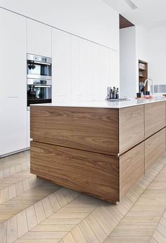 wood lowers white uppers = beautiful timeless kitchen kitchen with wood lowers white uppers. source: Kahrs wood flooring The post wood lowers white uppers = beautiful timeless kitchen appeared first on Design Diy. Best Kitchen Designs, Modern Kitchen Design, Interior Design Kitchen, Kitchen Decor, Interior Ideas, Interior Design Minimalist, Contemporary Interior Design, Contemporary Furniture, Luxury Kitchens