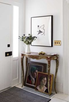 Not all wall decor has to hang on the wall. Sometimes, the best look is to lean art and other objects to create a casual look! Here's how to do it right. Bedroom Walls, Home Decor Bedroom, Living Room Decor, Interior Livingroom, Diy Bedroom, Living Rooms, Bedroom Ideas, Diy Home Decor Rustic, Modern Decor