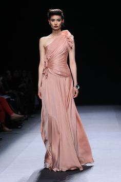 This looks like it could be a Saab or Acra and Khan dress, but it's actually a Jenny Packham design.