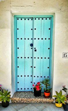 Bright turquoise door with studs (going with 17 trend), red, lush plants Nerja, Cool Doors, Unique Doors, Stairs Window, Doorway, Porches, Turquoise Door, Knobs And Knockers, Door Gate