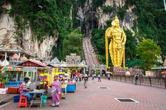 Planning on going to Malaysia´s capital and wonder what to do in Kuala Lumpur? Here is our list of the best things to do in Kuala Lumpur! Find the best shopping, attractions, and food. Kuala Lumpur is a great city to visit! Kuala Lumpur Shopping, Kuala Lumpur Travel, Batu Caves, Things To Do, Good Things, Borneo, Asia Travel, Where To Go, Modern