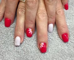 Nail Art, coral & white glitter, with a daisy flower. Perfect for summer