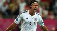 """FAZ zur neuen Rolle von Sami Khedira -- """"Der Allgegenwärtige"""" -- Sami Khedira ist der neue Chef der deutschen Mannschaft. Und Bastian Schweinsteiger ist ihr Aufsichtsratsvorsitzender. Das Duo steuert den Jahrgang 2012 und soll diesen zum Sieg im Halbfinale gegen Italien führen."""