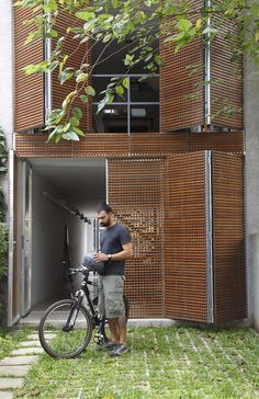 Foldable House Facade by Brasil Arquitetura Facade Design, Exterior Design, Interior And Exterior, Narrow House, Timber Cladding, Cladding Ideas, Facade Architecture, Facade House, Building Design