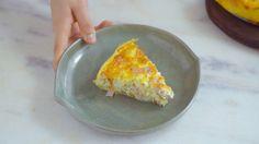 Receita com instruções em vídeo: Torta salgada com base de batata super diferente e gostosa para você fazer no fim de semana. Ingredientes: 2 batatas médias descascadas, 2 colheres de sopa de azeite de oliva, 4 ovos, 200g de creme de leite fresco, 200g de presunto picado, 200g de queijo muçarela ralado, 200g de ricota picada, Sal, Pimenta do reino, 1 colher de chá de orégano