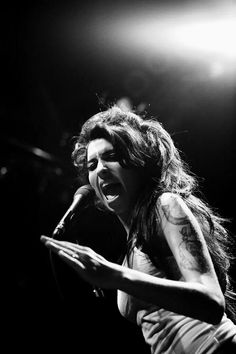 Amy Winehouse in action. Divas, Jazz, El Rock And Roll, Amazing Amy, Pop Rock, Idole, Star Wars, Female Singers, Musica