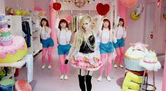Avril Lavigne cantándole dubstep a los gatos en su nuevo video