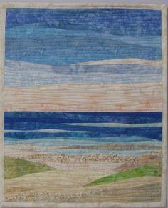Größe: 19 W x 23 H; Diese Kunst-Steppdecke zeigt einen Strand mit rollenden Wellen, erfassen die verschiedenen Farben der Sand, Wasser und Himmel mit einzigartigen Stoff Selektionen und kunstvollen Ansetzer zu gewähren. Die Sammelfläche ist genäht, in leicht geschwungene Linien, die das Design der Wand Sammelfläche verbessert. Eine Ärmel ist oben mit einem Dübel und zwei Nägel für leicht hängenden zurück beigefügt.