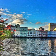 A cidade de Recife, capital de Pernambuco, mantém até hoje traços coloniais e imperiais de nosso passado. No Recife Antigo, os edifícios, as ruas, as tradições, tudo exala história! Visite! Foto: @neidemaria2005