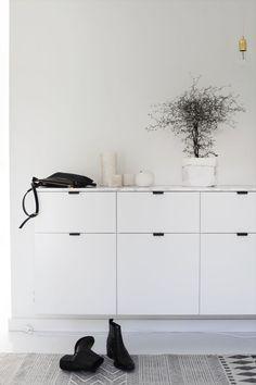 Ici, ce n'est pas tout à fait le même meuble, mais j'aime surtout l'idée d'ajouter un mince comptoir de marbre pour complètement changer le look!