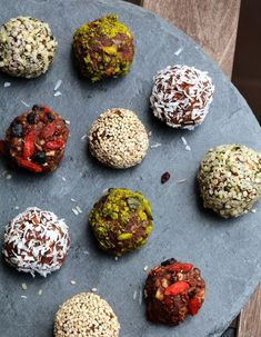 Energy balls: how to make energy balls? - She at the Table - ENERGIE santé - Raw Food Recipes Healthy Meals For One, Healthy Drinks, Healthy Snacks, Raw Food Recipes, Gourmet Recipes, Healthy Recipes, Energy Snacks, Energy Bites, Cacao Cru