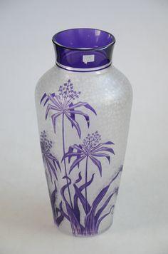 Vase Val St Lambert Cristal clair soufflé, doublé mauve, gravé à l'acide et achevé à la roue, décor de papyrus (Ht 34cm) vers 1900.