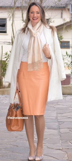 Look do dia - look de trabalho - moda corporativa - work outfit - saia de couro pêssego - pencil skirt -'leather - frio - inverno - fall branco - White