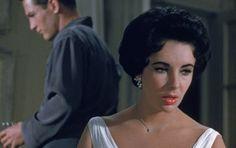 Elizabeth Taylor nos enseña a maquillarnos [VIDEO] - ¿Quién no ha admirado la mirada violeta de Elizabeth Taylor? Un video vintage muestra cómo la diva hollywoodiense se maquilla en un abrir y cerrar de ojos. No te lo pierdas.