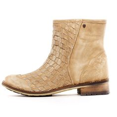 A summer boot. i want. i need. i must.  http://glamandgraffiti.com/glamheelgirl/