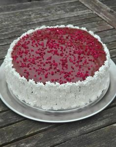 Lagkage med hvid chokolade creme og hindbær cremeLagkage med hjemmelavet bunde, cremer lavet på piskefløde og husblas, hvid chokolade og hindbær, det lyder da egentlig ikke så dårligt, vel? ;-)Her er hvad du skal bruge:Bunde:Til en springform, 26 cm. i diameter.300 g. hvede Crazy Cakes, Vanilla Cake, Tiramisu, Delicious Desserts, Cake Recipes, Sweet Tooth, Deserts, Food And Drink, Sweets
