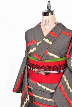 赤と黒と生成りの糸が織りなす波のようなゆらぎも味わい深いモダンアートのようなボーダーデザインが印象的なウールの単着物です。