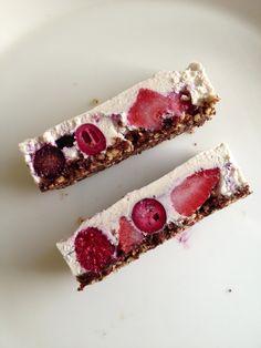 Berry cake, brownie crust