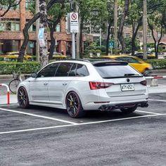 Tato Škoda Superb Combi pochází z Tchaj-Wanu, má přes 300 koní Luxury Car Rental, Luxury Cars, Europe Car, Wagon Cars, Sports Wagon, Skoda Fabia, Nice View, Cars And Motorcycles, Volkswagen