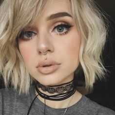 The medusa piercing also known as philtrum piercing. It is a beautiful piece of piercing set in the slope above your lip and directly under the septum of Philtrum Piercing, Medusa Piercing, Septum Piercings, Piercings Bonitos, Curly Hair Styles, Inverted Bob Haircuts, Girls Short Haircuts, Corte Y Color, Bob Hairstyles