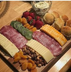 Party Food Platters, Food Trays, Party Food Buffet, Cheese Platters, Charcuterie Recipes, Charcuterie And Cheese Board, Finger Food Appetizers, Appetizer Recipes, Chicken Recipes Under 500 Calories