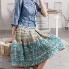 Красивая юбка длиной до колен со встречными складками и широким бордюром по нижнему краю