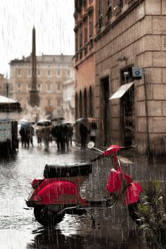 Vespa in the Rain, Paris Walking In The Rain, Singing In The Rain, Rainy Night, Rainy Days, Rainy Mood, I Love Rain, Paris Ville, Rain Drops, Places To Go