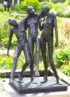 de bronzen figuren zijn zich niet bewust van hun omgeving. == Die Bronzefiguren sind sich ihrer Umgebung nicht bewusst.