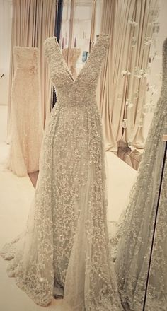 Gorgeous gown - Pin curated by http://www.thedailyfashioninspiration.com/