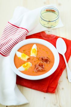 Andalusian cold soup with tomato Chilled Soup, Moussaka, Spanish Food, Spanish Recipes, Gazpacho, Soups And Stews, Starters, Thai Red Curry, Soup Recipes
