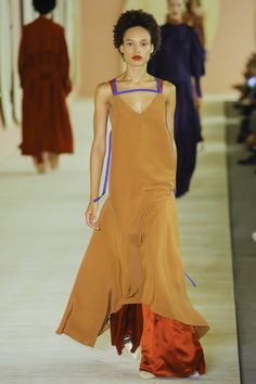 See the complete Roksanda Spring 2017 collection from London Fashion Week.