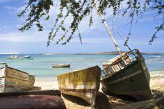 De Kaapverdische Eilanden Een zomervakantie of vakantie boeken naar de Kaapverdische Eilanden is een zeer goed idee! Het is een land, dat uit meerdere eilanden bestaat. Het wordt ook wel Kaapverdië genoemd. De eilanden liggen dichtbij Senegal. De bekendste eilanden zijn Boa Vista, Branco, Santa Luzia, Brava, Fogo en natuurlijk Santiago om er een paar te noemen. De hoofdstad van Kaapverdië is Praia en naast het toerisme is landbouw erg belangrijk voor de lokale bevolking.