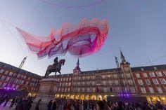 Galería de La escultura de Janet Echelman suspendida sobre la Plaza Mayor de Madrid se inspira en el paso del tiempo - 8