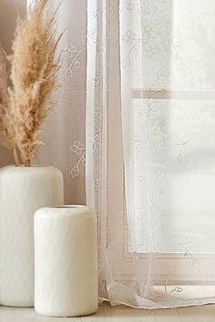 Unser Must-have für Dein Zuhause: Die elegante Gardine aus zartem Strukturgewebe ist perfekt für Dein Schlafzimmer. Die verspielte Stickerei zieht sich über die gesamte Gardine und ergibt ein harmonisches Bild zwischen Gewebe und Design. In neutralem weiß gehalten fügt sich die Gardine mühelos in vorhandene Stile. 🏡 #bonprix #onlineshop #shopping #wohnen #living #wohnideen #interiordesign #details #inspiration #schlafzimmer #bedroom #aesthetics #gardine Interiordesign, Interior Inspiration, Elegant Curtains, Embroidery, Bedroom, Ad Home