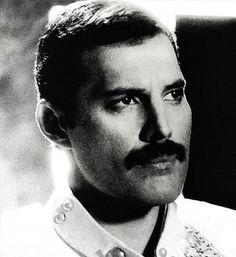 Freddie Mercury, esta foto podria bien ser la de su pasaporte.