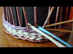 En este vídeo vemos cómo hacer el tejido de trenza en cestería de papel: Como ya teníamos una entrada con un fototutorial de este mismo tejido, dejo aquí el enlace también: Tejido trenza (fototutorial)