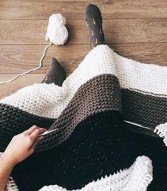 Not ready yet, but already cozy  Ainda nem tá pronto, mas já tá bemm quentinho  #blanket #cobertor #trico #knit #knitting #tricoteira #tricot #tricotando #knittersofinstagram #knitter #knitters
