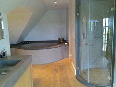 Luxe badkamer met maatwerk gebogen glazen deuren l Balance Bathroom