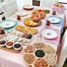 Am in love with Turkish breakfast ❤️😍 Brunch, Bagel Bar, Eid Food, Turkish Breakfast, Turkish Recipes, Buffets, Food Design, Food Presentation, High Tea