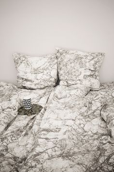 - 100% organic canvas. - Dimensions: W: 55 x H: 78 inches - Zipper in Duvet Cover - Printed by hand. Variations in print may occur - Comes in a matching tote bag - Cold wash - Link to Marble Cushions