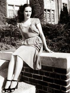 "One of the last known pictures of Elizabeth Short. Hollywood 1946 (The Black Dahlia). The Black Dahlia"" was a nickname given to Elizabet. John Wayne Gacy, Bonnie Clyde, Ted Bundy, Rita Hayworth, Vintage Photographs, Vintage Photos, Dahlia Noir, Billy The Kid, Black Dahlia"