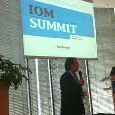 Björn Negelmann begrüßt das Publikum auf der #iom12 ^bg
