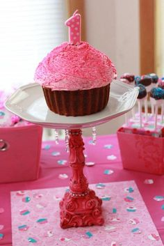 I should do this for my son first birthday as the smash cake and smaller cupcakes for everyone else <3. in Blue!!
