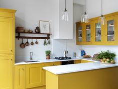 Discover concepts and inspiration for yellow kitchen concepts to add to your personal house. Yellow Kitchen Cabinets, Kitchen Wall Colors, Painting Kitchen Cabinets, Kitchen Yellow, Wall Cabinets, Küchen Design, Home Design, Layout Design, Design Ideas