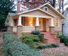A bungalow in earth tones. Bahçe – home accessories Craftsman Exterior, Craftsman Style Homes, Craftsman Bungalows, Craftsman Porch, Craftsman Cottage, Craftsman Kitchen, Style At Home, Bungalow Homes, Bungalow Porch